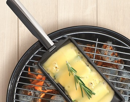 Raclette grill pan with scraper